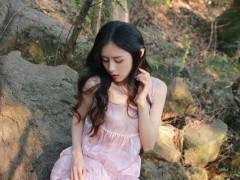 粉裙美女性感白嫩写真图片